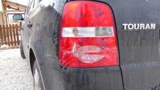 comment démonter un feu arrière et changer les ampoules sur VW Touran 1