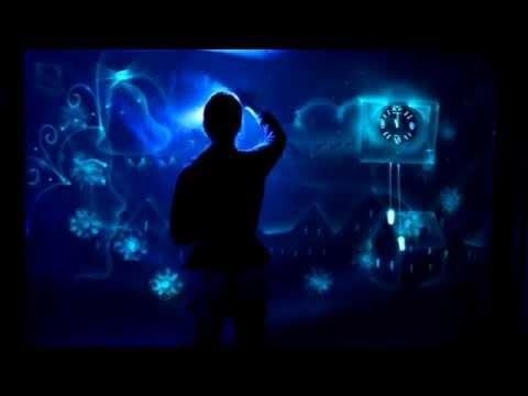 новогоднее шоу световых картин на голубом полотне