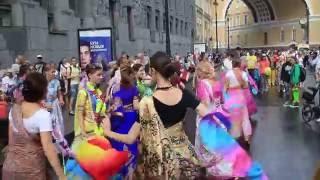 Танцы кришнаитов около арки главного штаба(Танцы с веерами кришнаитов в Санкт-Петербурга., 2016-08-16T07:13:55.000Z)