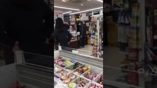 【ツイッターで話題】コンビニで物を投げつけブチ切れるおじさんに店員も… thumbnail