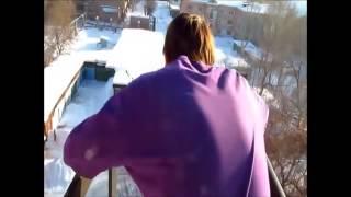 مراهق يقفز من الطابق الخامس ويهبط سالما