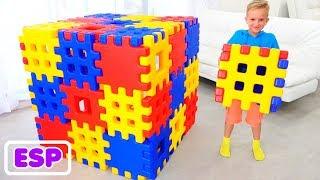 Vlad y Nikita jugando con bloques de juguete se esconden con mamá