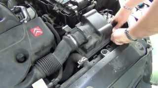 Comment changer un filtre à air sur une Citroën Xsara 1,9 D ?