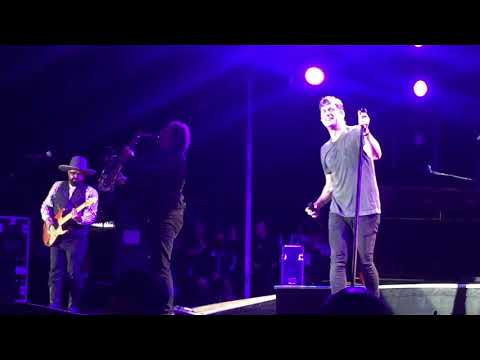 Robbyn Hart - Andrew Farriss joins Rob Thomas of Matchbox 20 on stage