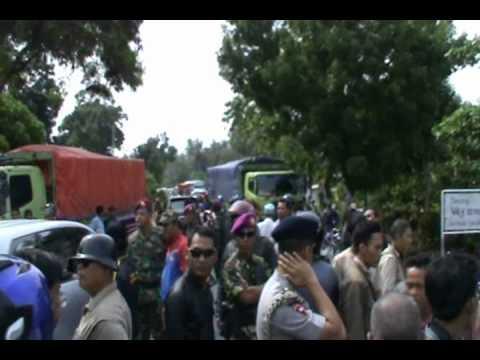 Bali vs Lampung -- 28 OKTOBER 2012 BENTROKAN WARGA SEBABKAN KEMACETAN JALINSUM