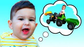 Новый трактор с прицепом для детей. Малыши катаются на большом тракторе
