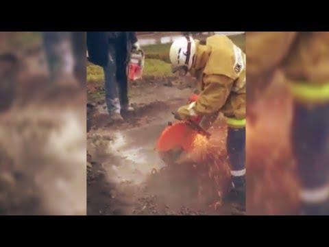 В Курске спасатели освободили мужчину, застрявшего в коллекторе теплотрассы