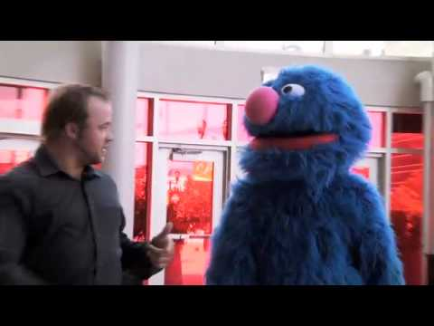 """Grover prepares to """"Make a New Friend"""" in Newark!"""