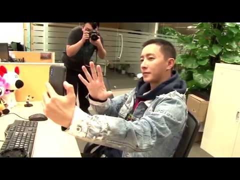 Hangeng take pictures with Super Junior pose 🖐🏻