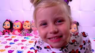 Niña Alicia jugar a las escondidas con muñecas Cry Babies
