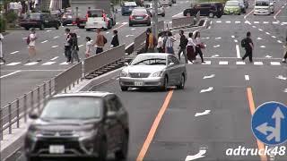 黄色線で車線変更した違反車に近づきパトライトを出す覆面パトカー!