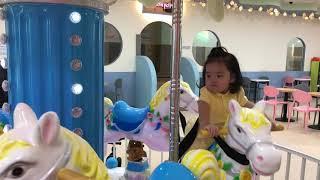 키즈카페에서 회전목마 타는 아기