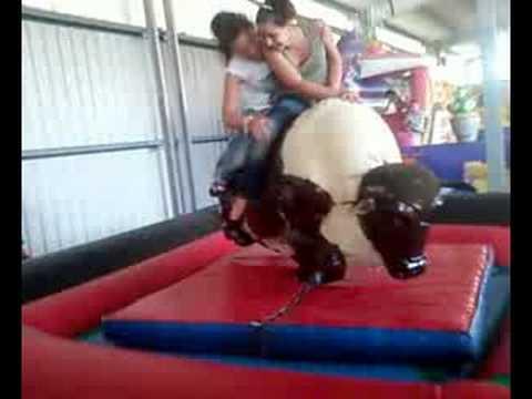 Iliana y Lara en el toro mecanico