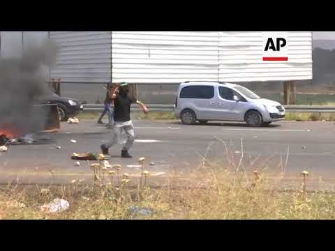 Palestinian protesters burn tyres, throw stones