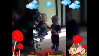Видео для детей. Толя помогает маме убирать елку! Целует младшего братика!(Это наше второе видео! Убираем игрушки с елки до следующего нового года! Толя играет с гирляндой. Толя целуе..., 2016-02-02T10:31:18.000Z)