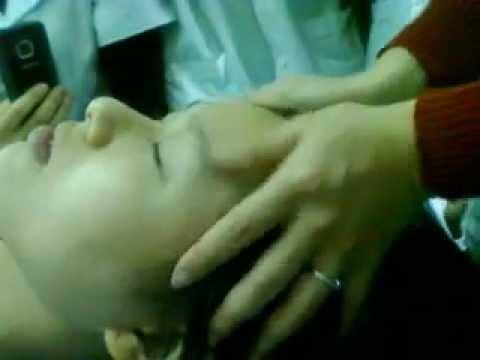 Xoa bóp vùng trán chữa đau đầu