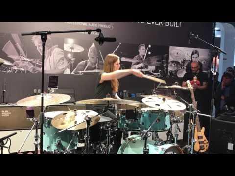 Anika Nilles свири на щанда на Bayerdynamic