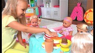 Download Алиса КАК МАМА кормит кукол ДОЧЕК ! Весело играть в кухню для детей ! Mp3 and Videos