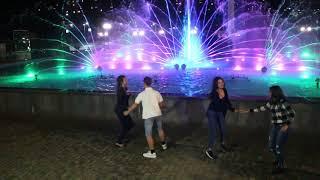 Как школь ники из Красносёлки у музыкального фонтана в Умани танцевали