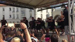 Haka v podání ragbyového týmu Nového Zélandu v Plzni