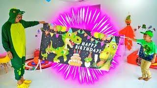 اخترع سينيا عيد ميلاد لدينو. سينيا وأصدقائه