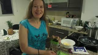 Салат из креветок, творожного сыра, яиц и яблок