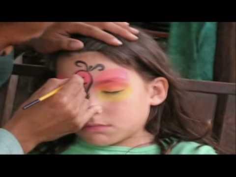 رسم بالألوان على الوجه - فراشه