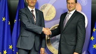 Латвия переходит на евро (новости)(http://www.ntdtv.ru Латвия переходит на евро. Латвия стала очередной страной ЕС, которая присоединилась к еврозоне...., 2013-07-10T10:19:17.000Z)