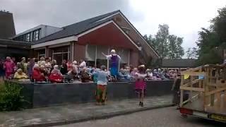 Bewoners De Weyert genieten van spontaan optreden tijdens optocht dorpsfeest Dwingeloo