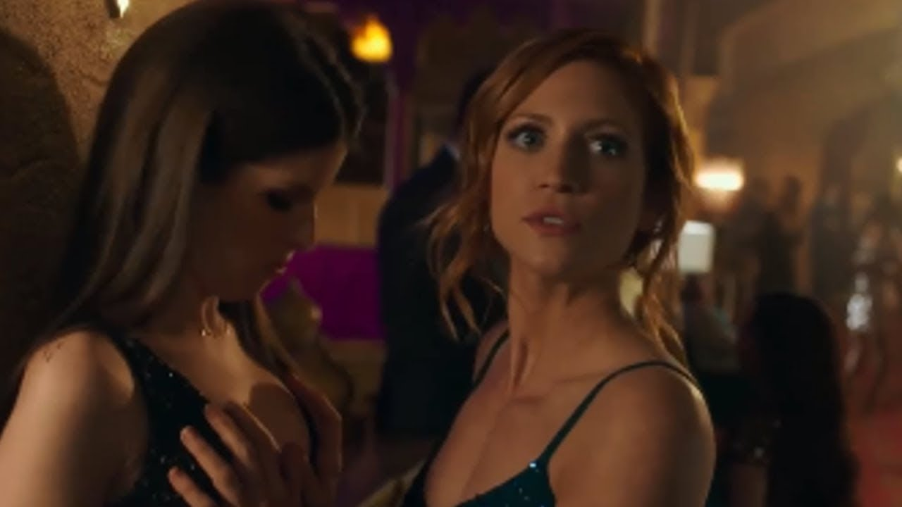 Pitch Perfect 3 - Bechloe Boob Scene - YouTube