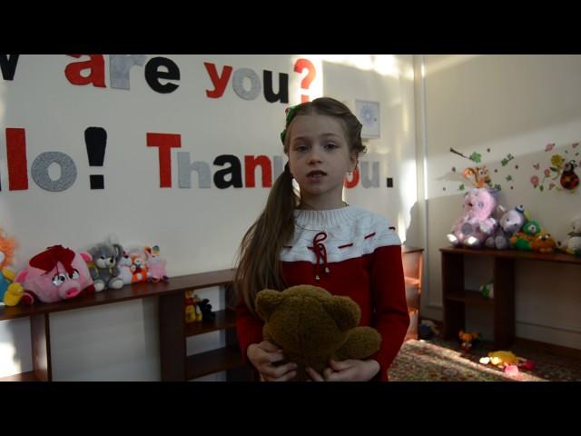 Изображение предпросмотра прочтения – МарияРодина читает произведение «Оборванного мишку утешала» Л.Тасси