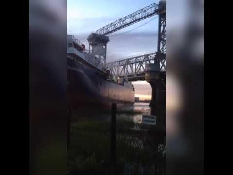 В Астрахани под Старым мостом судно село на мель