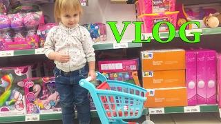 ВЛОГ Потеряли Алину в магазине Идем  в кафе  Покупки в магазине Новая игрушка  VLOG