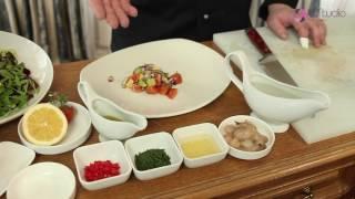 Салат из креветок с перцем чили и авокадо