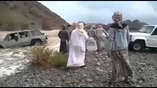 شباب ينقذون سياره  جرها السيل بطريقه أحترافيه
