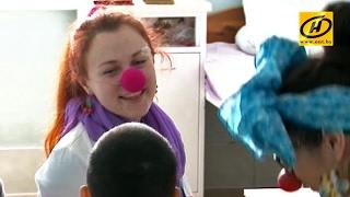 Необычные клоуны волонтёры «лечат смехом» маленьких пациентов в детской больнице