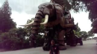 L'éléphant mécanique géant de Nantes se déplace