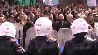 """Yaklaşık 3 bin kişilik grup, bariyerlerin ardından """"Rize Tayyip'le ..."""