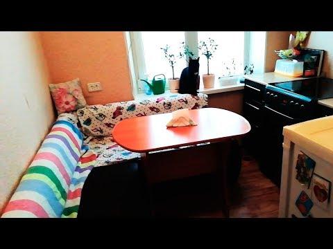 Большой диван на крохотной кухне. Что вы делаете!? Зачем!?
