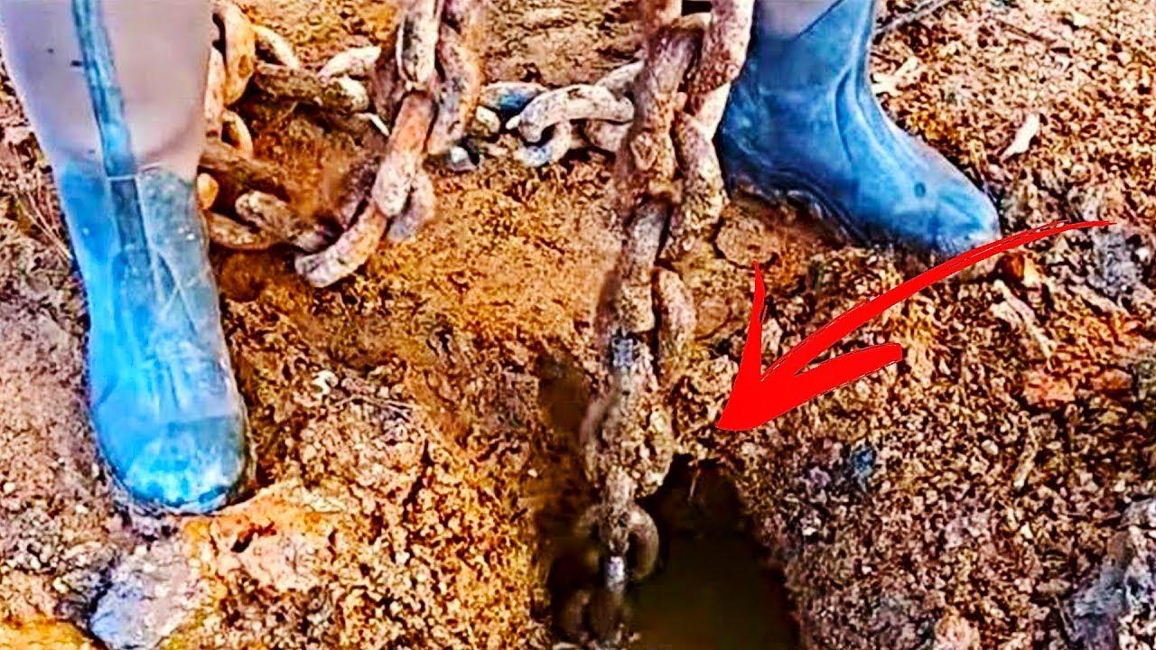 地面に落ちていた古い鎖を引っ張った男性。その先には驚きの発見が