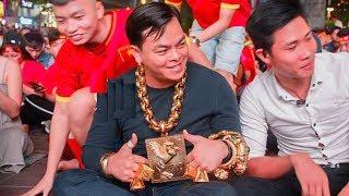 Đại Gia Đeo 13kg Vàng Trị Giá 13 Tỷ Đi Cổ Vũ Đội Tuyển Việt Nam Ai Thấy Cũng Choa'ng