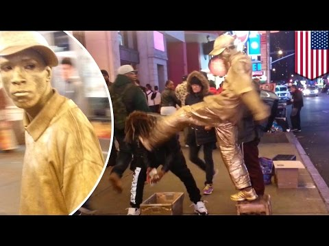 Self-defense: Times Square street performer kicks guy in the face for robbery attempt - TomoNews