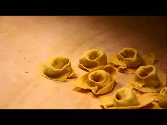 Agnolotti ripieni di pecorino su crema di fave e rigatino