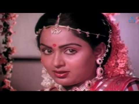 Ninaivukal Movie : Radha, Karthik Muthuraman Romantic Scene thumbnail
