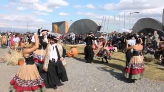 Bailarines de folklore en La fiesta del Poncho, con Cocineros Argentinos. Canta Emilio Morales.