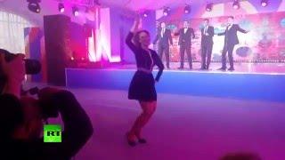 فيديو الناطقة باسم الخارجية الروسية ماريا زاخاروفا تتخلى عن وقارها وتتحول إلى راقصة فنون شعبية!