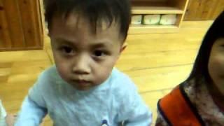 台湾の保育園の2歳の幼児は日本のために頑張ります!