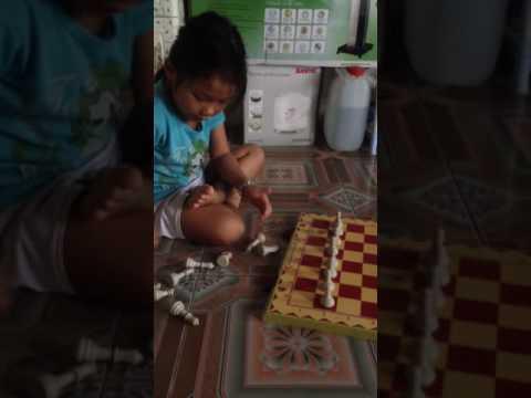 Con gái xếp cờ vua