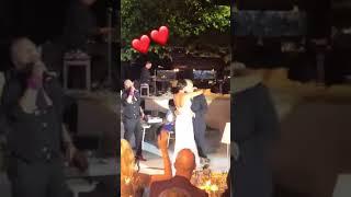 Γάμος Ρέμου - Μπόσνιακ: Ο Χρήστος Δάντης τραγουδά στο νεόνυμφο ζευγάρι
