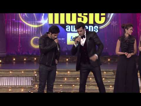 Thumbnail: Manish along with Varun, Ileana and Nargis on the stage of 6th Royal Stag Mirchi Music Awards